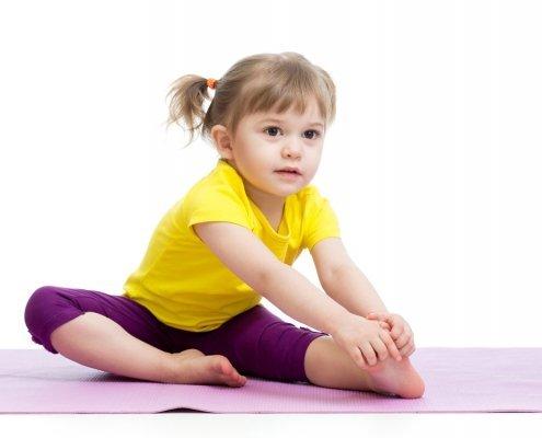 Гимнастика за деца. kid-girl-doing-gym-exercises-TheLittlegym-Yuppie